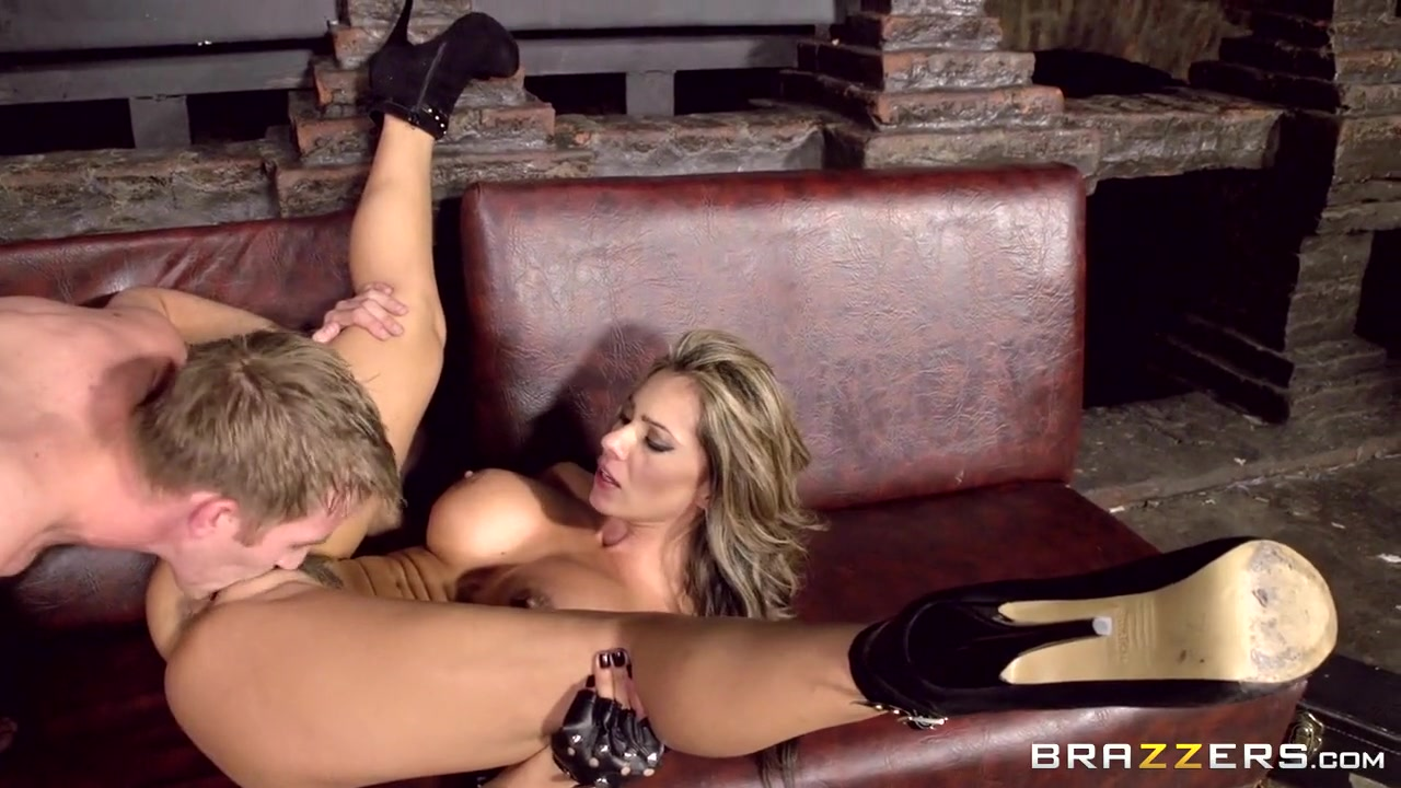 Sexy Video Sexy redhead in leather