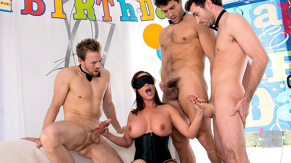 Hot xXx Pics Gangbanged milf slut