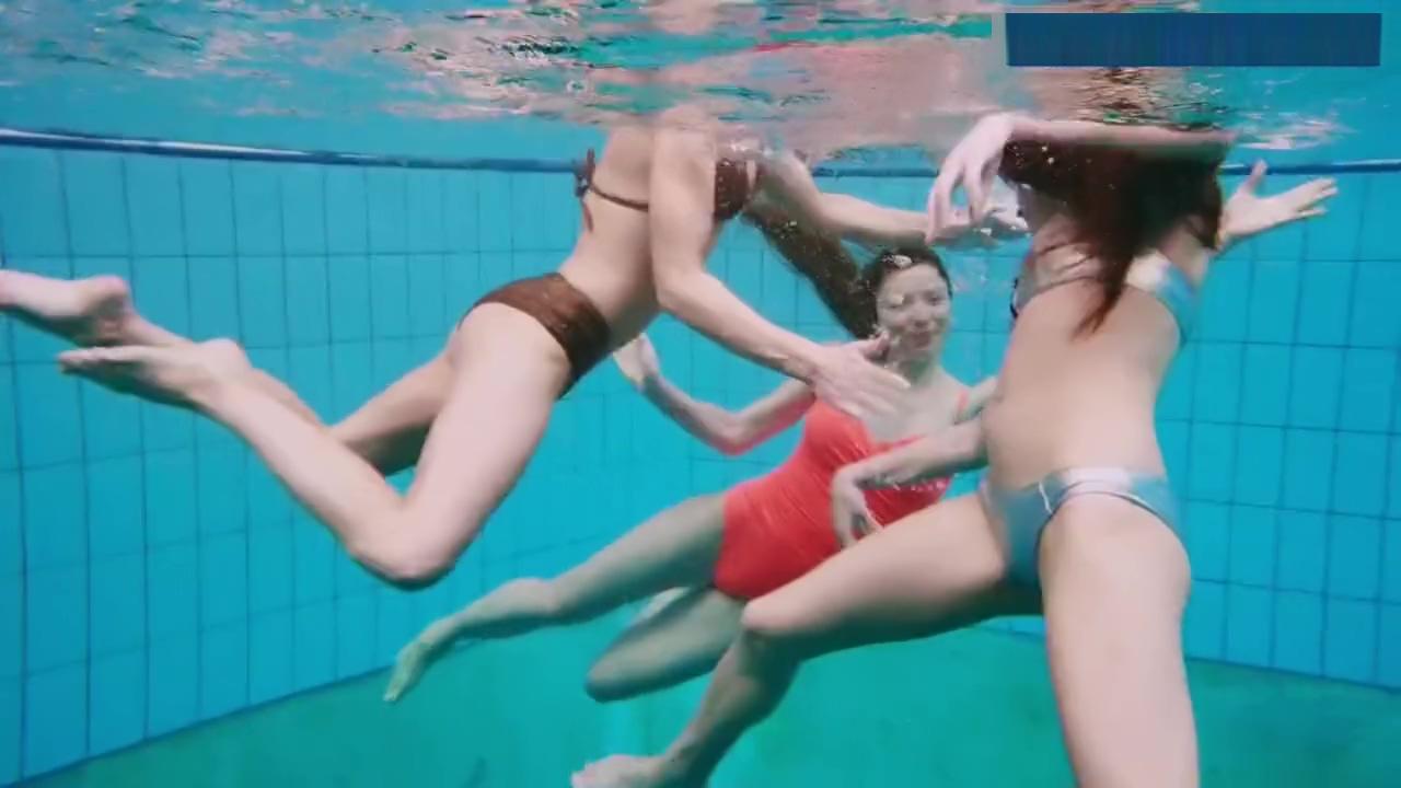 3 jeunes filles a la piscine.