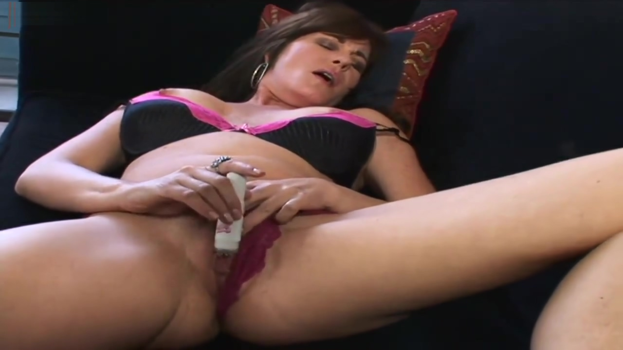 MILF Bella Roxxx Flicks Her Bean Exclusively On Xchimp