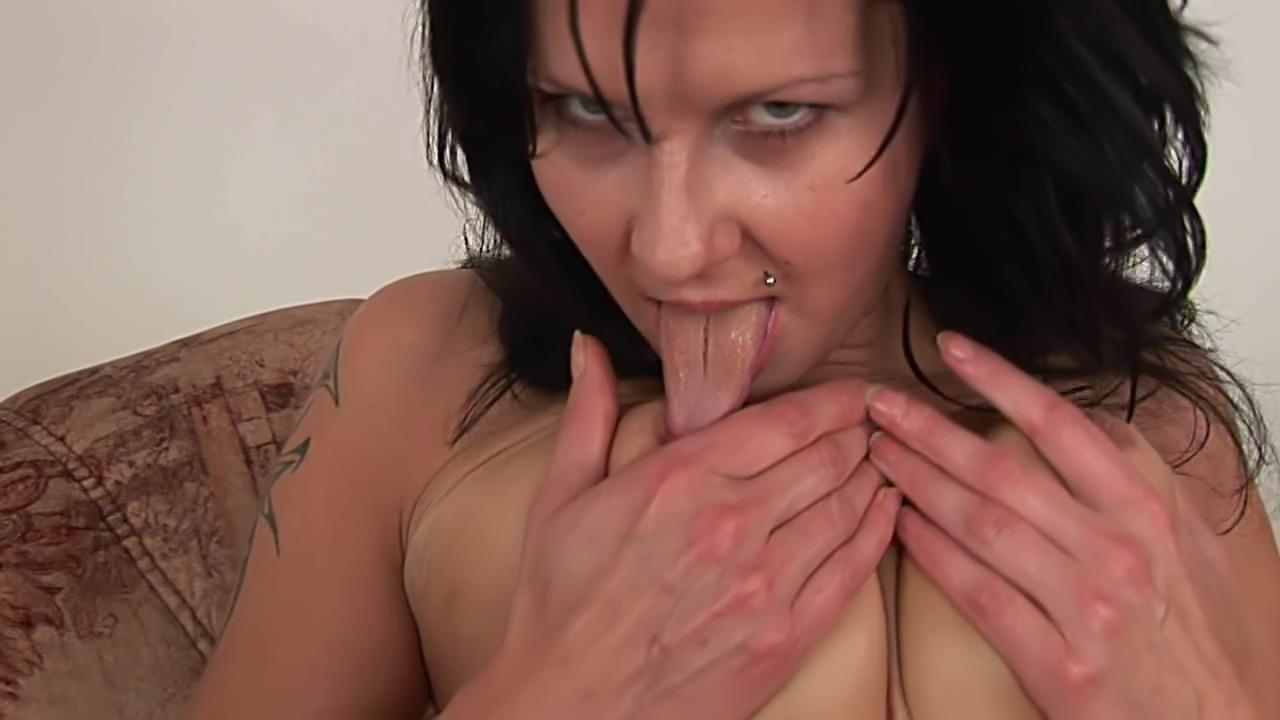 Cougar hottie Naomi masturbates - CzechSuperStars